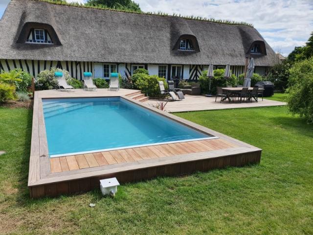 Construction d'une piscine en béton habillée en bois proche de Honfleur